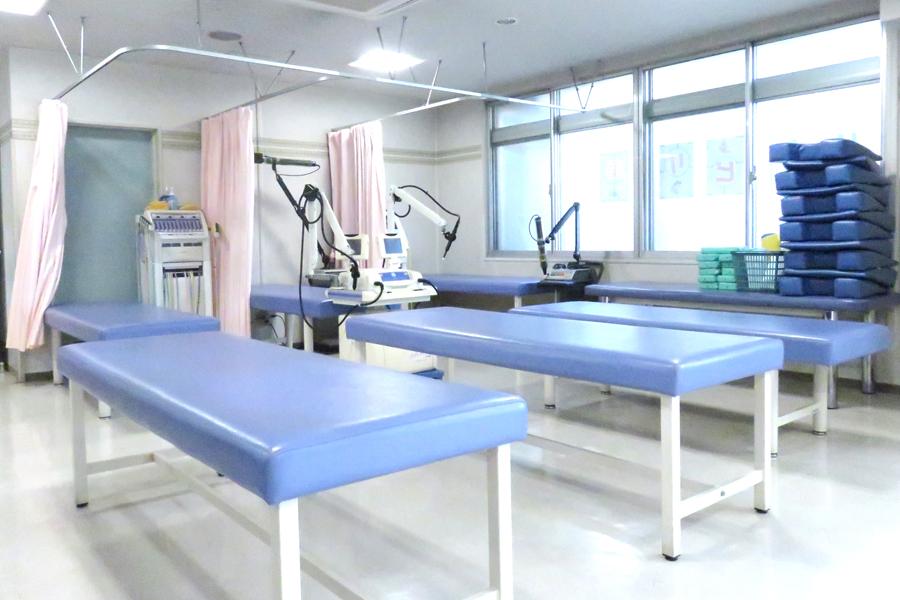 マッサージ用ベッド と 物理療法器具各種